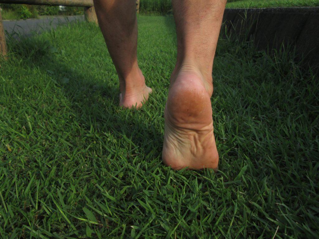 裸足で歩く人